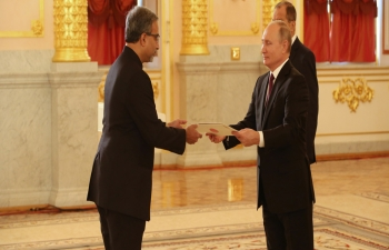 Ambassador D.B. Venkatesh Varma presented his credentials to H.E President Vladimir Putin at the Alexander Hall of the Grand Kremlin Palace on October 11, 2018.)